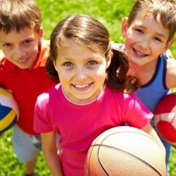 3 niños jugando