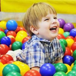 Niño jugando con pelotas