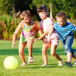 Niño jugando afuera