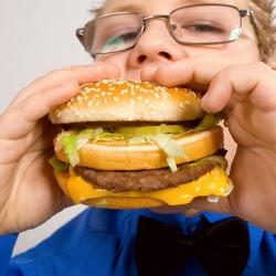 Niño con hamburguesa