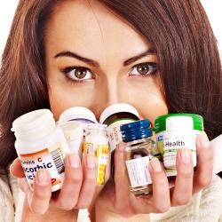 Mujer joven con píldoras
