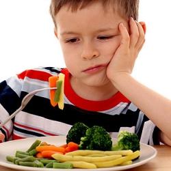 Niño comiendo vegetales