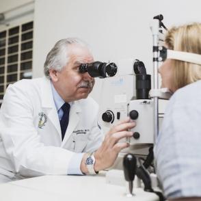 Dr. Rafael Gallardo Mendez Oftalmólogo con Paciente