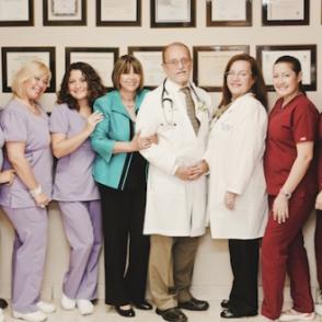 Dr. Luis Torres Vera con su personal