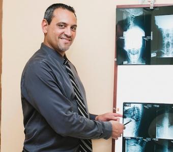 Dr. Adam Nieves - Quiropráctico